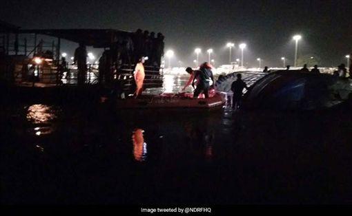 印度,遊船,傾覆,水上意外(圖/翻攝自推特)
