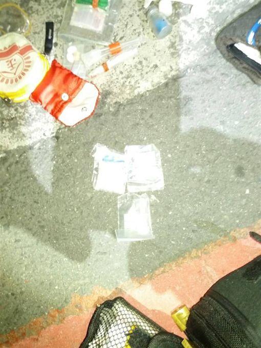 警方搜出安非他命及吸食器。(圖/翻攝畫面)