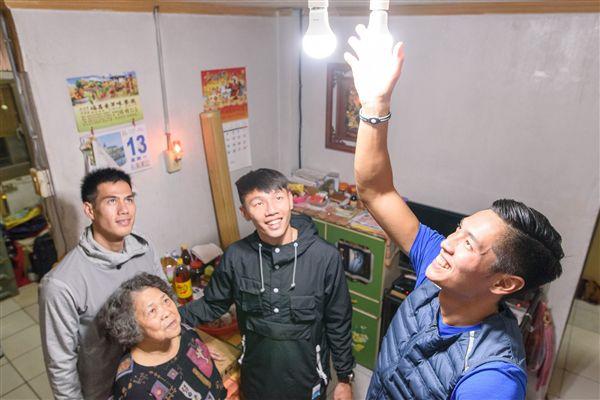 ▲陳傑(右一)、余嘉軒(右二)、和楊俊瀚(左後)擔任「照明大使」。(圖/翻攝自陳傑臉書)
