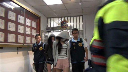 警方將外貌清秀的楊女及另名女子移送法辦。(圖/翻攝畫面)
