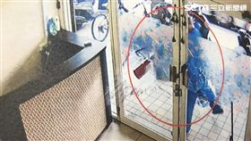 陳男酒後前往養生館消費,並向女按摩師要求全套服務遭拒,竟將女按摩師壓在地上痛毆,接著拿起滅火器砸毀玻璃門,警方獲報前往逮人,訊後依傷害及毀損罪移送法辦(翻攝畫面)