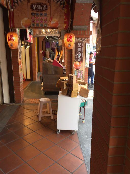 這間攤商常在騎樓擺攤遭警方勸導、開單取締。(圖/翻攝畫面)