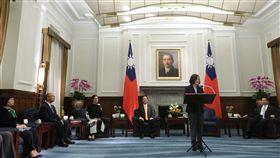 總統蔡英文接見亞太經濟合作經濟(APEC)領袖會議代表團。(總統府提供)