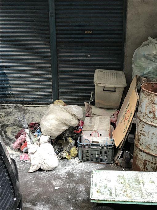 早在一個小時前,另一處公寓堆放在一樓的雜物起火燃燒。(圖/翻攝畫面)