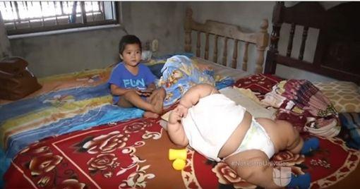 10月大嬰兒重達28公斤 (圖/翻攝自YouTube)