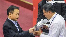 台北市長柯文哲13日赴市議會接受總質詢,台北市議員王世堅贈書 圖/記者林敬旻攝