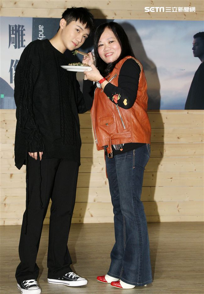 跨國韓國參加選秀奪冠的蘇一晉,在台發行首支單曲「雕像」,媽媽親手炒了一盤家鄉味的羊肉給他補身祝福。(記者邱榮吉/攝影)