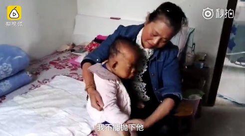 大陸安徽省安慶市有一名單親媽媽儲曉萍,育有一名30歲的兒子王天放,不料兒子在2歲時患病而停止生長,智力如同嬰兒身高也僅有80公分。但媽媽不放棄,仍期盼兒子能開口叫她一聲「媽」就足夠。(圖/翻攝自梨視頻)
