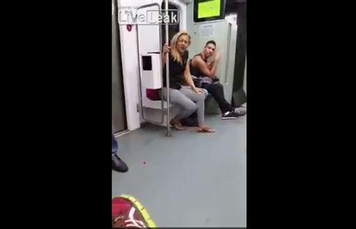 ▲金髮女直接當眾脫褲在月台間隙尿尿。(圖/翻攝自Liveleak)