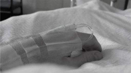 臥病在床、失能、生病、住院、打點滴/flickr/Tim Samoff/https://flic.kr/p/3VHsve