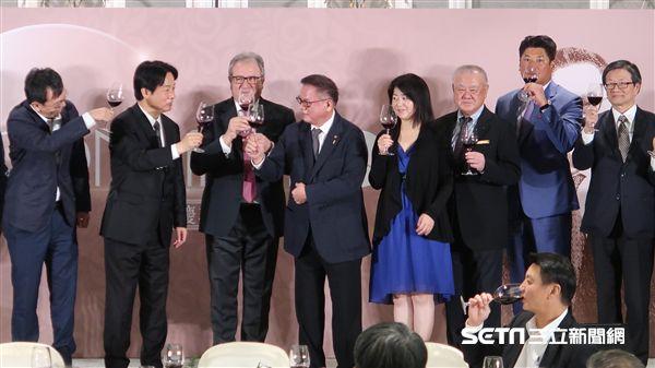 彭誠浩當選世界棒壘球總會副會長,賴清德到場恭賀。(圖/記者王怡翔攝)