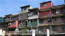 老屋占比提高  都更簽約別忘信託或續建機制內政部統計顯示,今年上半年全國40年以上老屋大增19 萬至179萬宅,占比一舉突破2成至21%。這些高齡老舊住宅,不僅因為建物老舊而耐震強度不足,還可能因強震造成致命傷亡,且對都市整體土地運用與都市永續發展的規劃更造成阻礙。中央社記者林孟汝攝  106年9月30日