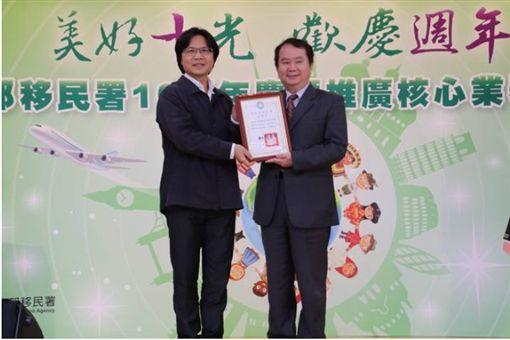內政部資訊中心主任施明德(右)曾獲內政部長葉俊榮頒獎。(翻攝移民署粉絲頁)