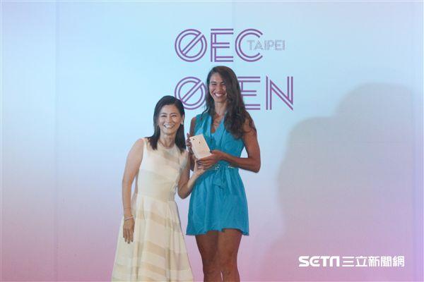 ▲迪雅琴科(右)獲頒最佳服裝獎,抱回iPhone 8。(圖/記者蔡宜瑾攝影