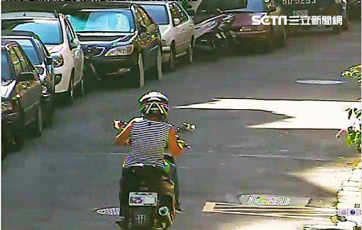毛婦探病後騎兒子機車返家,未料事後卻因竊盜遭逮,警方調查後發現,毛婦機車鑰匙不但能發動,車牌數字亦同為「625」,連警方都直呼巧合(翻攝畫面)
