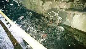 現場有7部機車燒到只剩骨架。(圖/翻攝畫面)