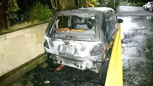 呂孫綾服務處助理的轎車也受到波及燒毀。(圖/翻攝畫面)
