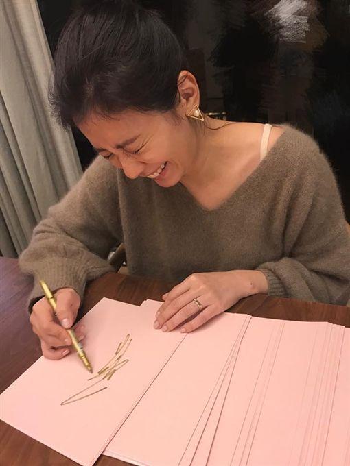 賈靜雯,新書,賈如幸福慢點來,簽書會,搞笑,鬼臉。(翻攝自賈靜雯臉書)
