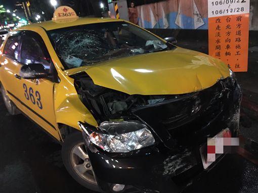 計程車先是失控向右偏移,再撞上深色轎車。(圖/翻攝畫面)