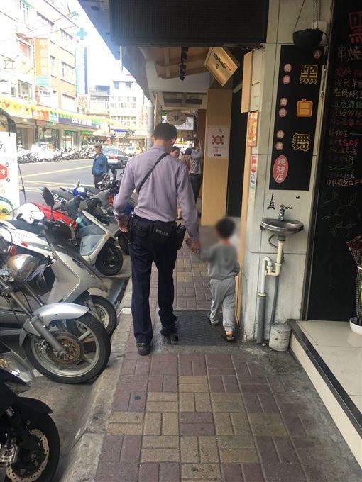 員警將小男童帶回分駐所等待親人前來。(圖/翻攝畫面)