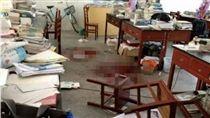 被班導寄予厚望,他因不想寫作業竟刺殺導師26刀致對方身亡。(圖/翻攝搜狐網)