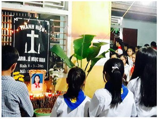 越南一名少女在睡覺時替手機充電,卻因充電線漏電導致觸電致死。(圖/翻攝ANTT)