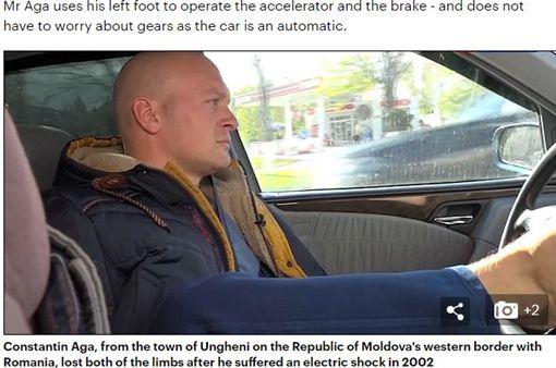 摩爾多瓦有一名無臂司機康斯坦丁•阿戈(Constantin Aga),他用雙腳開車上路已超過10年,從沒發生事故、收到警察的罰單,即便康斯坦丁•阿戈坦承自己沒有駕照,但他仍被當地媒體譽為國內最優秀的司機。(圖/翻攝自每日郵報)