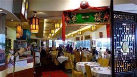 澳洲一間知名中餐廳「第一樓」,有員工誤把化學藥物氫氧化鈉(NaOH)當成鹽巴,放入鹽罐給客人食用,導致客人誤食後嘴部燒傷起水泡。日前判決出爐,餐廳遭罰2.5萬澳元(約新台幣57.5萬元)。(圖/翻攝自微博)