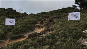 一人一公斤,揹土石上山守護嘉明湖。(圖/台東林區管理處提供)