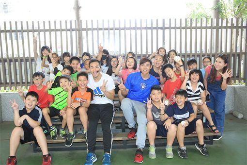 ▲王維中受到學弟的熱烈歡迎。(圖/大漢集團提供)