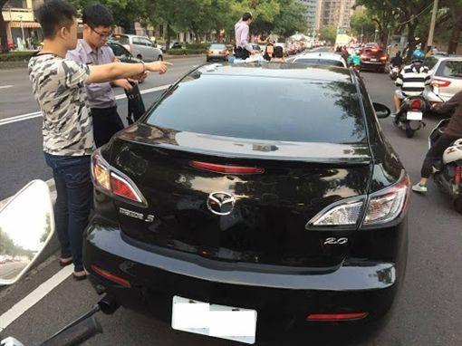 通緝犯邊開車邊玩手遊,追撞前車被逮。