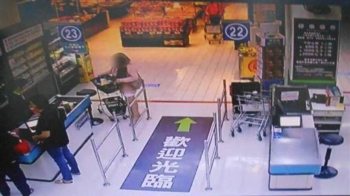 台中一名楊姓女賊日前鎖定大賣場商品,持強力磁鐵消磁後再行竊。(圖/翻攝畫面)