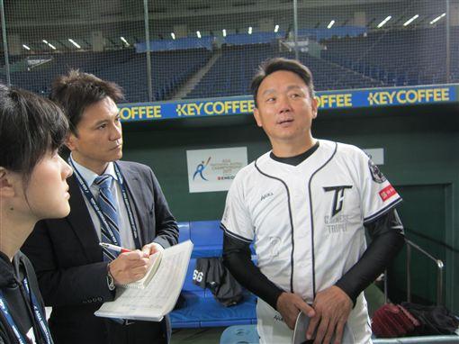 ▲台灣犬中華隊總教練洪一中接受日本媒體訪問。(圖/記者蕭保祥攝)