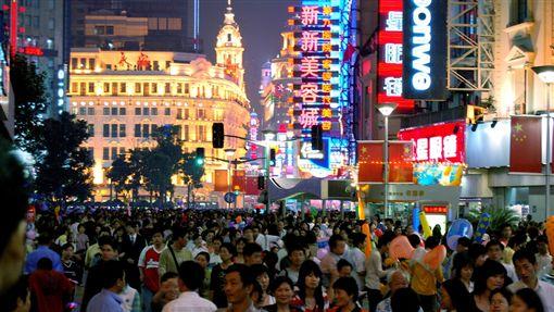 中國,大陸,上海,城市,都市,人群 (圖/攝影者Jakob Montrasio, Flickr CC License)https://goo.gl/ZxmqdN