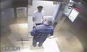 電梯抽菸「被勸後猝死」 家屬「要告到底」索賠180萬! 圖/翻攝微博