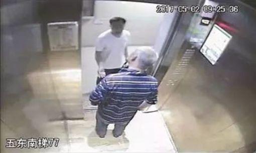 電梯抽菸「被勸後猝死」 家屬「要告到底」索賠180萬!圖/翻攝微博