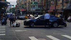 台灣,三寶,轎車,警車,撞倒,進化 圖/翻攝自臉書爆料公社
