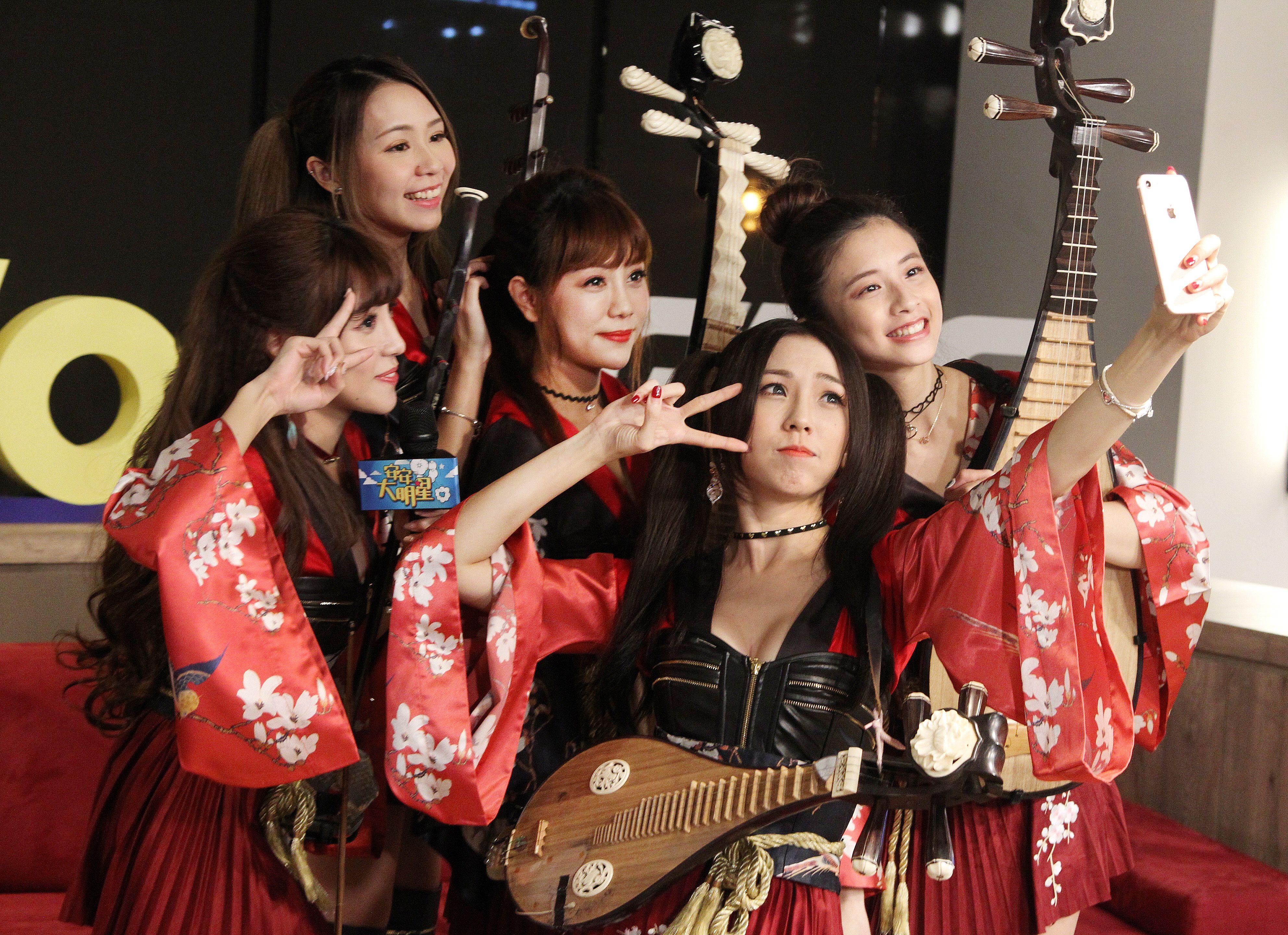 無双女子樂團上安安大明星直播。(記者邱榮吉/攝影)