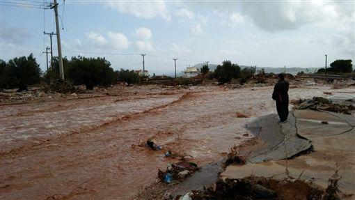 希臘尼爾佩拉摩斯(Nea Peramos)和曼德拉(Mandra)洪水。(圖/翻攝twitter)https://twitter.com/FrostieMoss/status/930777572585230341