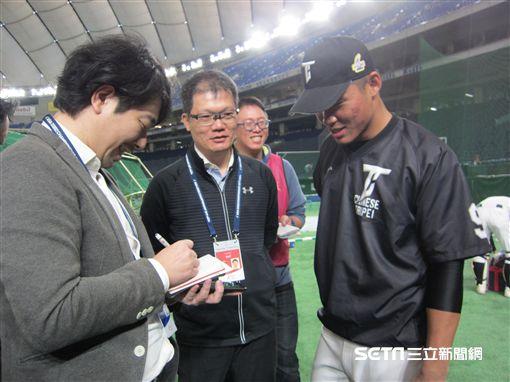 ▲王柏融在東京期間幾乎天天接受日本媒體訪問。(圖/記者蕭保祥攝)