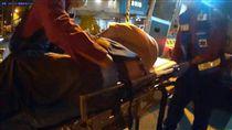 台南一名公車駕駛突然心臟病發,警民合作及時將她救回一命。(圖/翻攝畫面)