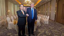 亞太經合會(APEC)會議順利落幕,照片的話題在台灣掀起論戰,總統蔡英文則在推特貼出宋楚瑜、川普合照,對此世新大學新聞傳播學院院長游梓翔表示,「說到話了照片照了所以呢?台灣不該只是粉絲。」(圖/翻攝自蔡英文推特)