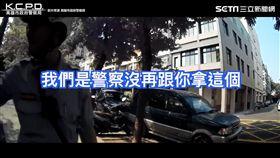 員警耐心幫助行動不便的年長者。(圖/翻攝自高雄市政府警察局臉書)