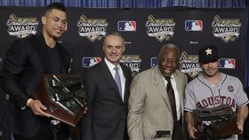 ▲Giancarlo Stanton(左)與阿土伯獲得漢克阿倫獎。(圖/美聯社/達志影像)