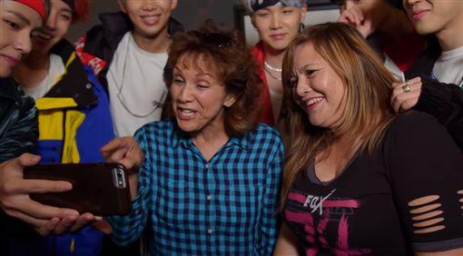 母親被鮮肉包圍視訊炫耀 迷妹女兒發現是偶像「防彈」傻了 圖/翻攝自Jimmy Kimmel Live YouTube https://www.youtube.com/watch?v=nlodY8nMw-A