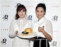 杜忻恬「浪LIVE」另類行銷唱片慶功宴,張文綺送上蛋糕祝福。(記者切邱榮吉/攝影)