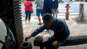 熱心民報案老人家在路邊「吃土」 警:他吃的是地瓜 翻攝畫面