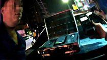 4度酒駕 爛醉男拒盤查衝撞警車 苗栗縣一名蔡姓男子16日晚間酒駕遭員警攔檢,一度拒絕盤查、衝撞警車,最後遭強制逮捕,酒測值高達1.29 毫克;警方更查出這是蔡男5年來第4次酒駕被逮。(翻攝畫面)中央社記者管瑞平傳真 106年11月17日