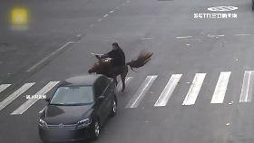 騎馬被車撞1100