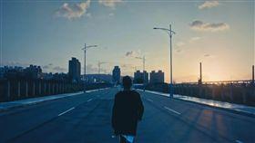 李玖哲最新英文歌曲《Stay》從頭到尾僅在MV最後的背影現身。(圖/翻攝自Youtube)